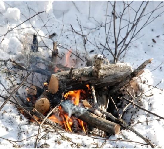 Rozdělávání ohně ve sněhu